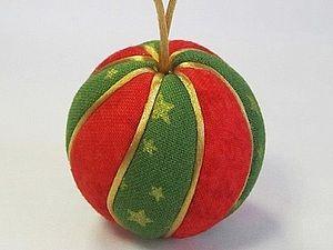 Техника Кимекоми возникла в Японии, и традиционно использовалась для создания деверянных кукол. На корпусе куклы делались специальные надрезы, куда затем заправлялись края ткани (в переводе с японского киме — деревянная грань, коми — заправлять). Меня эта техника привлекла своей оригинальностью и лёгкостью исполнения. Только для создания ёлочных шаров я использую пенопластовые…