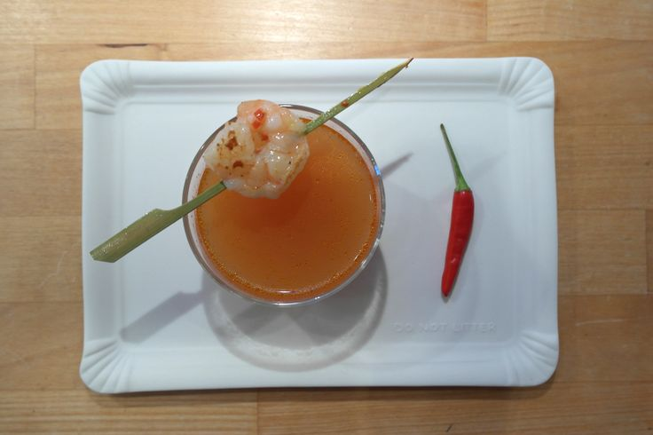 Tomato consommé with prawn skewers - FoodFamily