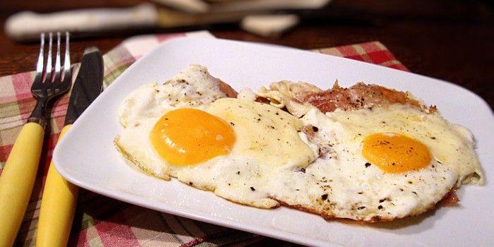 Uova all'occhio di bue con prosciutto e provola