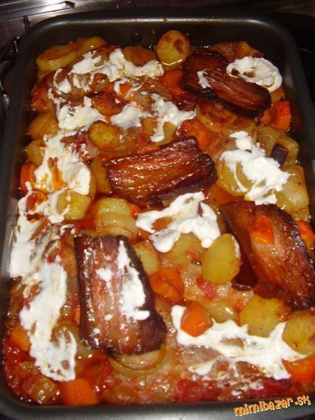 Maso zmiesame s lečom a dame na pekac, na to porežeme očistene zemiaky na kolečka aj mrkvu a aj cibu...