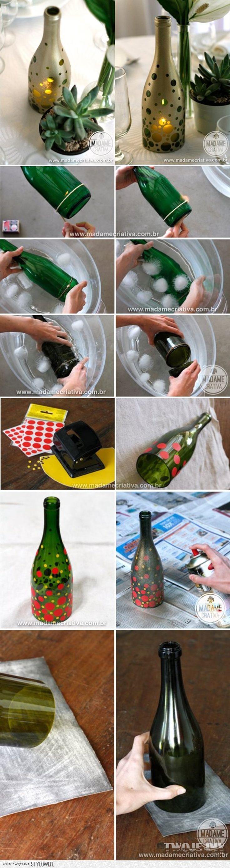 DIY fyrfadsstage af gammel vinflaske, cirkelformede klistermærker og spraymaling..