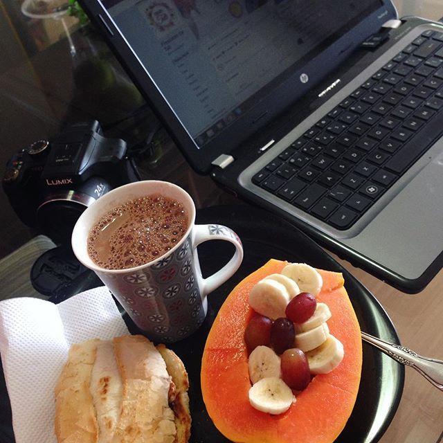 Paradinha para o café da manhã e atualização da página! Já curtiu? Curte lá! 😀  #frescurasdatati #cafedamanha #facebook #fanpage #atualizacao