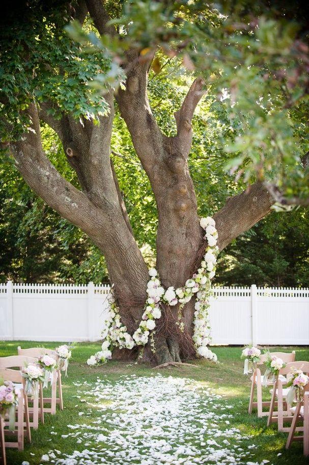 Fleurir des troncs d'arbres pour les mettre en valeur jardin mariage pinterest déco
