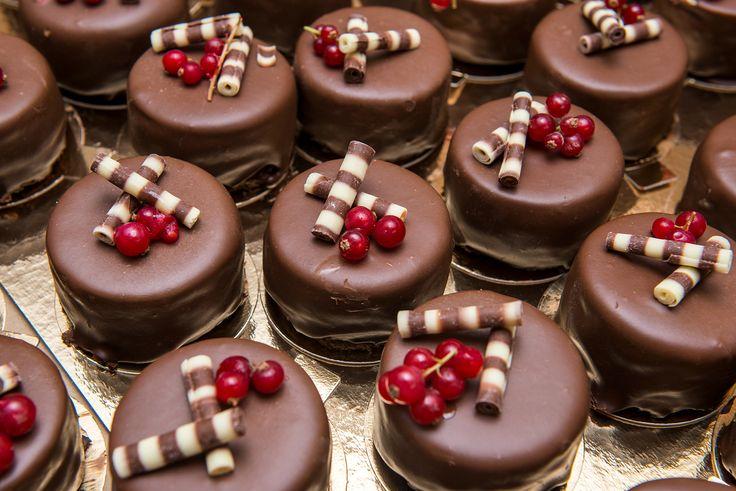 Prajitura in trei straturi de mousse de ciocolata belgiana cu lapte, ciocolata neagra si alba, este o combinatie ce satisface chiar si cei mai exigenti clienti. Un desert elegant, rafinat si extrem de usor de savurat, o bijuterie a cofetariei Armand. Preturi incepand de la : 9.5 Lei