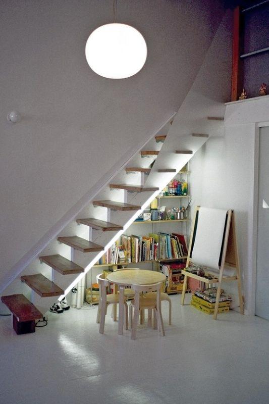 Интерьер детской игровой комнаты под лестницей. Фото 7