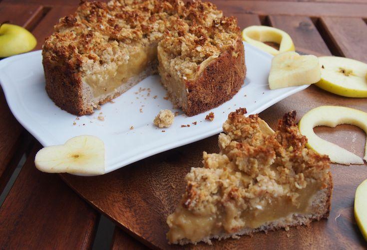 Gesunder veganer Apfelmuskuchen mit Vanillepudding ohne Zucker - schön cremig, fruchtig und saftig mit knusprigen Streuseln aus Haferflocken und Mandeln.