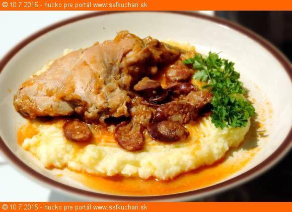 Recept Kto tvrdí, že mäso z králika je suché, tak ten nevyskúšal tento recept. Zloženie: 2 zadné stehná z králika (alebo aj chrbát) 1 veľká cibuľa 150 gramov údenej klobásky (ideálne v tenkom čreve) 0,5 litra vývaru (kľudne aj z bujónu) Medzi prsty soli (Ale ak je aj klobáska dobre slaná, tak ani netreba, bujón …