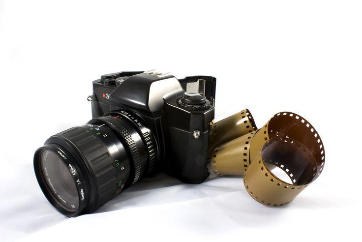 FOTOGRAFÍA ESTENOPEICA Y DIGITAL. De los principios básicos de la fotografía a las metodologías y propuestas actuales, aprendiendo fundamentos de expresión visual y estética que permiten la comprensión del universo desde distintos contextos.  Una vez abordado el proceso de fotografía análoga, los estudiantes recibirán conceptos básicos para el manejo de las cámaras digitales y la toma de fotografías a la luz de distintas técnicas y movimientos artísticos.
