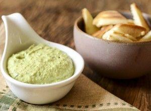 Receita Dedo de Moça: Dip de manjericão e ervilhas para comer com torradinhas