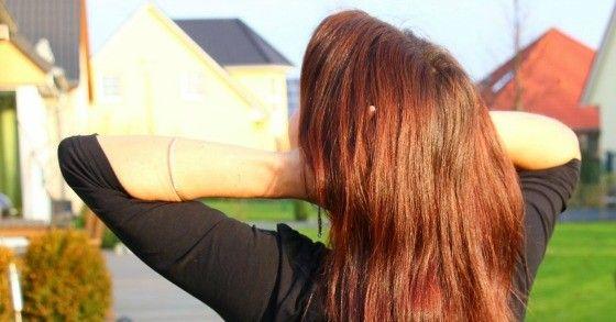 Haarefärben ohne Chemie: Feuerrote Haare kannst du mit Mitteln aus der Küche nicht zaubern, aber z.B. mit Roter Bete wunderschöne leuchtende Akzente setzen. Mische Rote-Bete-Saft mit Honig, so dass eine leicht cremige Emulsion entsteht und das Auftragen erleichtert wird. Haare waschen und die Emulsion auf das gesamte Haar oder nur auf einzelne Strähnen auftragen. Hierfür am besten Handschuhe benutzen, da rote Bete schwer abwaschbar ist. Zum Wärmen der Haare ein dunkles Handtuch um den Kopf…