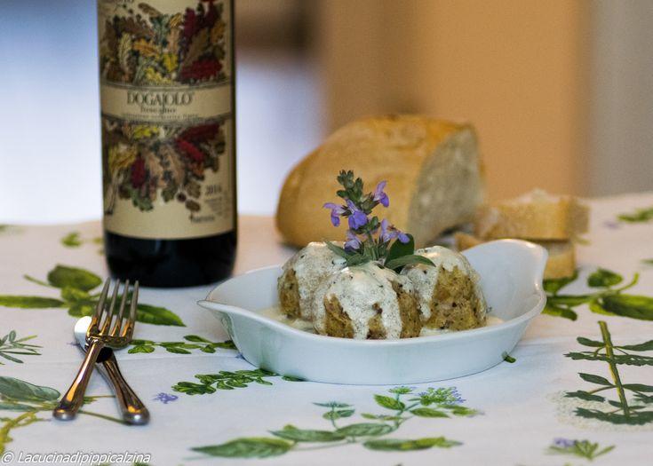 I Canederli al burro, salvia e parmigiano sono un piatto tipico del Trentino,un piatto unico,molto ricco e saporito,fatto con pane raffermo e speck