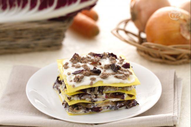 Le lasagne al radicchio e Montasio sono un primo piatto al forno gustoso e saporito, con sfoglia all'uovo ruvida e porosa da cuocere senza precottura.