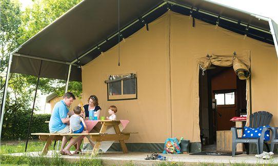 Met zijn allen lekker aan tafel op de veranda van de FarmCamps safaritent