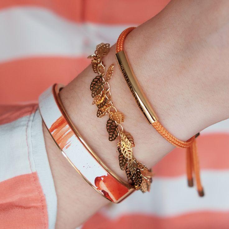 Set van oorbellen met bijpassende armbanden in koraalrode tinten. De slingertjes aan de oorbellen zorgen voor lengte en een slanke look.Draag erdezelfde kleurlippenstiftbij en je bent good to go!