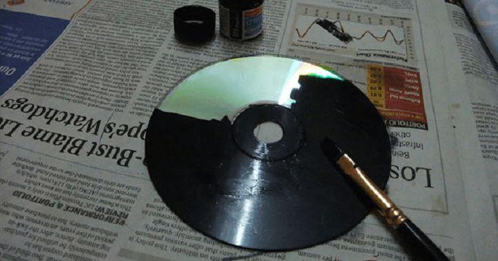 We hebben allemaal wel wat oude cd's liggen die we echt totaal niet meer gebruiken. Of ze zijn beschadigd en spelen daardoor niet meer goed af. Weggooien is zonde want je kan er iets heel leuks mee maken. Bekijk snel deze handleiding… Benodigdheden: – CD – Zwarte acrylverf – Schroevendraaier – Potlood en kwast Bewaar …