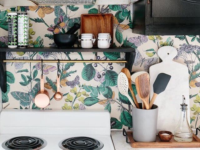 "Raise your hand if you've got a rental kitchen with some MAJOR eyesores.  We know, we've all been there. But even if it's not your ""forever home,"" there are small changes you can make. Click the link in our bio for smart (read: completely temporary) ways to deal with the top rental kitchen problem spots. (Image: @annaspaller)"