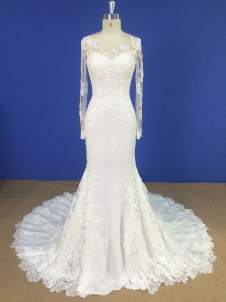 Vestido de novia en alquiler Penélope de Innovias con espalda tatuaje y mangas confeccionado en crepe con encaje de corte sirena y escote ilusión