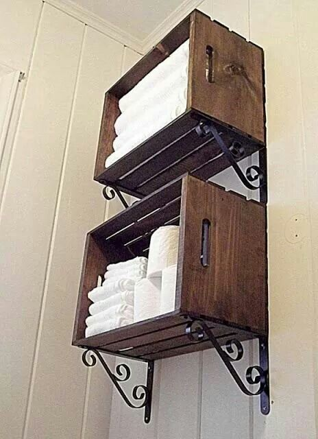 Bonne idée DIY rangement pour serviettes et papier toilette ou rouleaux avec caisses de bois - Cool storage idea made with decorative shelf brackets and wooden crates