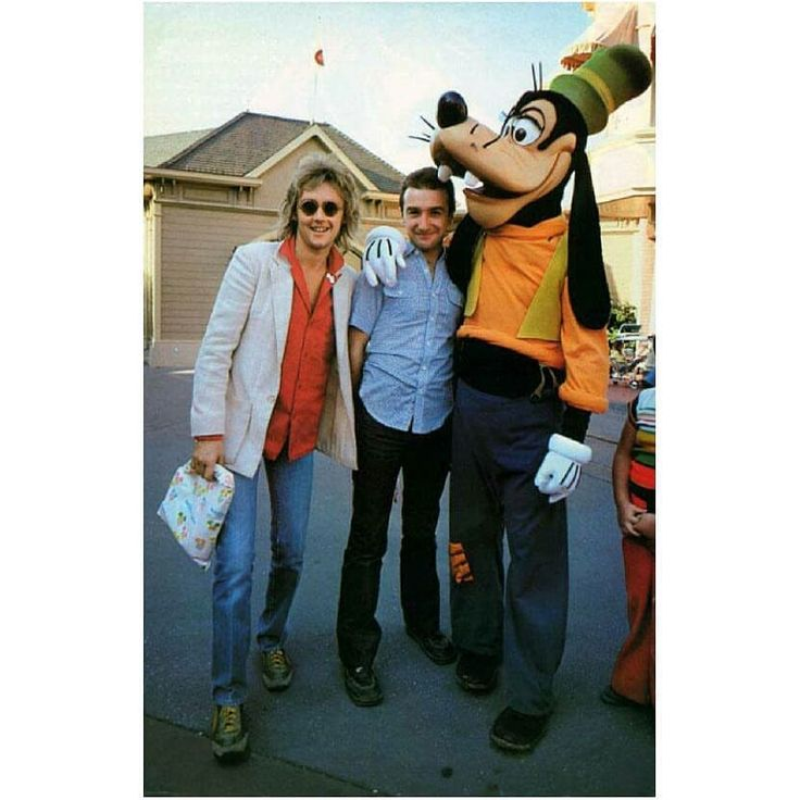 Pin By Isobel On Isobel May Ledden In 2019: Roger Taylor And John Deacon With Goofy At Disneyland In