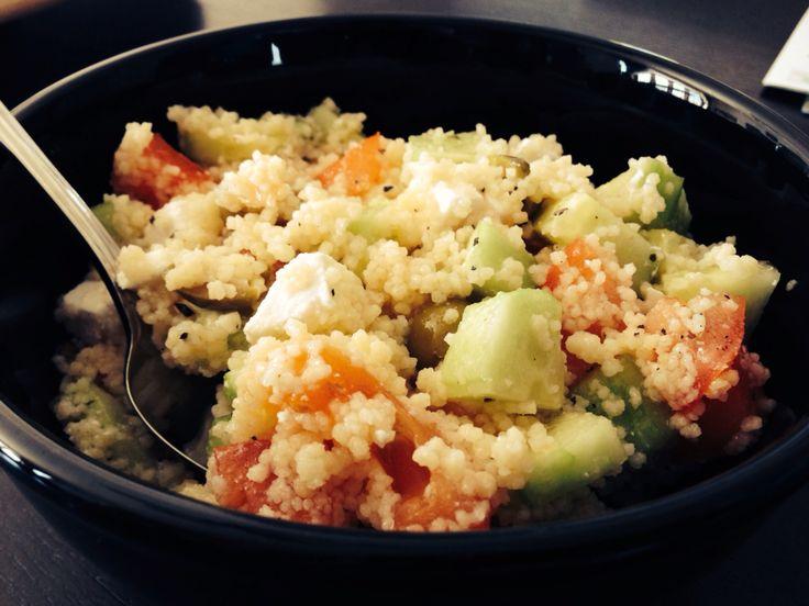 Salade de couscous à la grecque*   1 T. de couscous 1 concombre  1 tomate 1/2 T. d'olive verte 1/2 T. de fromage feta  Huile d'olive au goût 1 pincée de basilic Sel, Poivre  Préparer le couscous. Couper en morceaux tous les autres ingrédients.  Assaissonnez. Mélanger puis Manger!*  P.S. Se mange froid ou chaud*