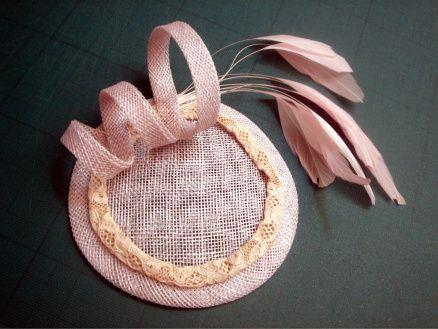 accessorio per capelli in canapa di manila con piume e decori in pizzo