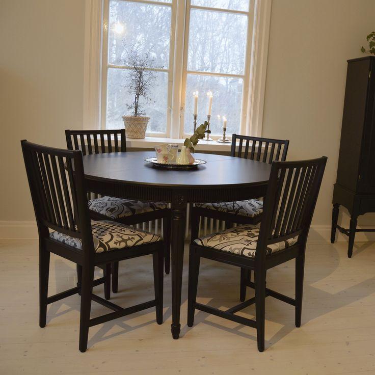 Vacker matgrupp i Gustaviansk stil med 4 stolar