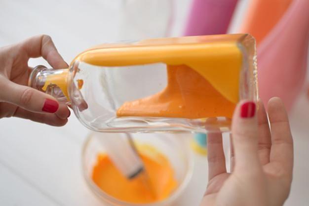 DIY: ¿Cómo hacer jarrones bonitos con botellas? | Decorar tu casa es facilisimo.com