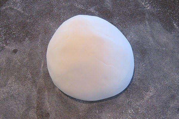 Jag gör egen sugarpaste till mina tårtor och dekorationer. Jag tycker att den här sugarpasten är lättarbetat och smidig. Den är väldigt enke...