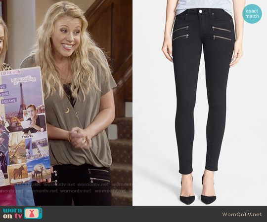 Stephanie's black jeans with zip pockets on Fuller House.  Outfit Details: https://wornontv.net/64828/ #FullerHouse