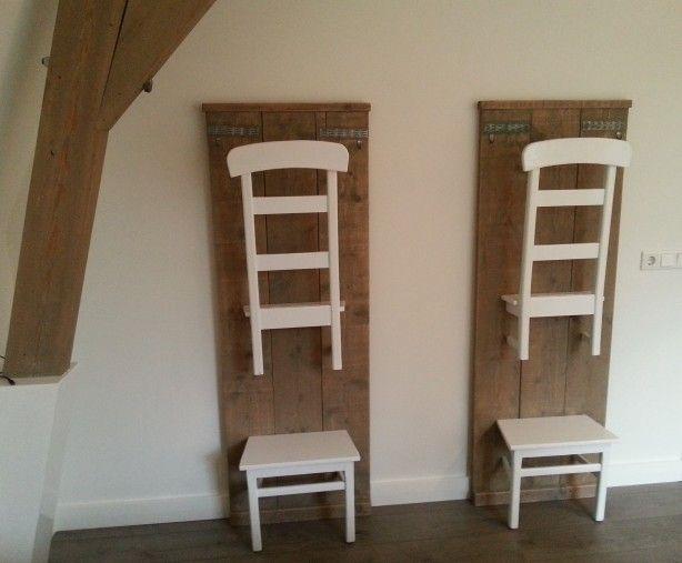 Leuke dressboy gemaakt van steigerplank en oude kerkstoeltjes.