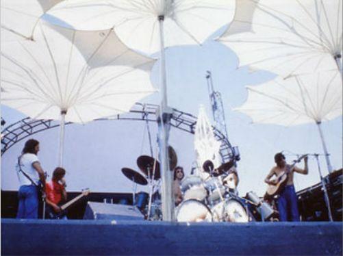 Pink Floyd_Frei Otto  @Nel 1977 Frei Otto fu consultato per la progettazione di una copertura del palco per il concerto dei Pink Floyd. L'architetto tedesco propose dieci ombrelloni di 4.5 m di diametro, di varie altezze, da 2.50 m a 4.40 m, coprendo un'area totale di 128 mq. Le strutture erano dotate di due meccanismi motorizzati : uno per sollevare gli ombrelli chiusi dal palco, il secondo per la loro apertura.