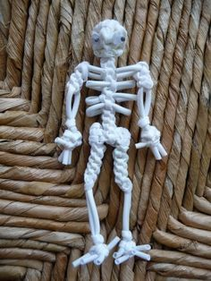 Paracord Skeleton #550paracord #550cord #paracord #parachutecord #cord #cordage #skeleton #bones #knots #DIY #crafting #weave #knot #woven #craft #crafting #rope #twine #survival #project