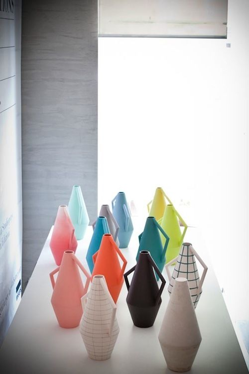 Deze serie Kora vazen door Studiopepe voor Spotti Edizioni zijn ontworpen in 12 verschillende varianten waaraan verschillende kleurtonen en soms grafische details zijn toegevoegd.