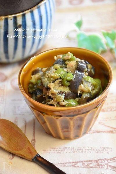 ツナ缶のオイルを利用して茄子や万願寺唐辛子を炒めます。調味料を入れて煮詰めます。