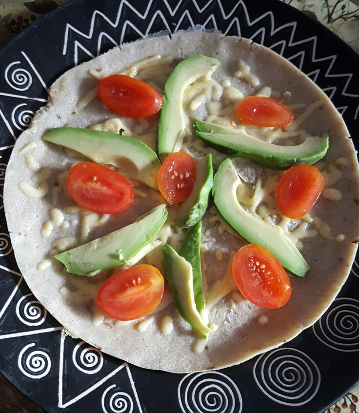 Boekweitpannekoeken met kaas en groenten.   Voor 2 pannenkoeken: 100 gram boekweitmeel, theelepel komijnzaad, 1/4 theelepel backing soda, 2 dl. water, 1 ei, zout en peper voor het beslag.  Bak 1 kant van de pannekoek in de kokosolie, draai hem om en bestrooi met kaas, beleg de pannekoek naar smaak.  Op deze zitten tomaten en een halve advocado.