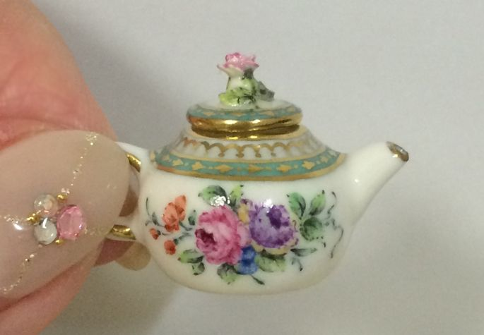 IGMA Artisan Miyuki Nagashima from Japan makes fine hand-painted 1:12 scale porcelain dinnerware and decorative pieces. Her techniques, compositions and colorings are based on mid-18th century to mid-19th century European antique porcelain.