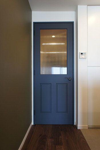 シックなネイビーカラーのドアも素敵です。