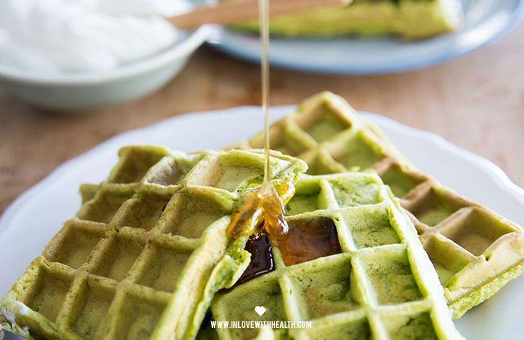 """Holy waffles! Dit is echt heel erg lekker! """"Maar dat groen.. dat ziet er toch niet lekker uit?"""" Think again ladies! Want deze groene wafels ruiken niet alleen goddelijk als je ze aan het maken bent, ze smaken ook geweldig! Super gezond, en heel gemakkelijk te maken. Binnen no time heb jij een lekker lunch ..."""
