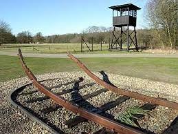 hier zie je het monument van kamp Westerbork. ze hebben de treinrails verbogen zodat er nooit meer een trein zo kan rijden.