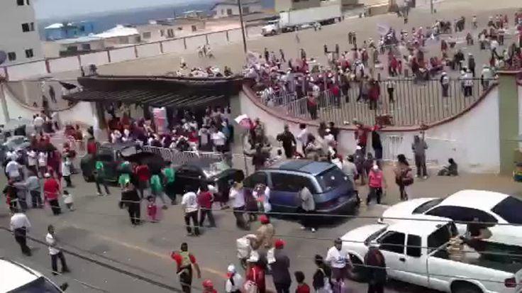 Las personas simpatizantes de Enrique Peña Nieto abandoran el estacionamiento de la Plaza de Toros de Tijuana