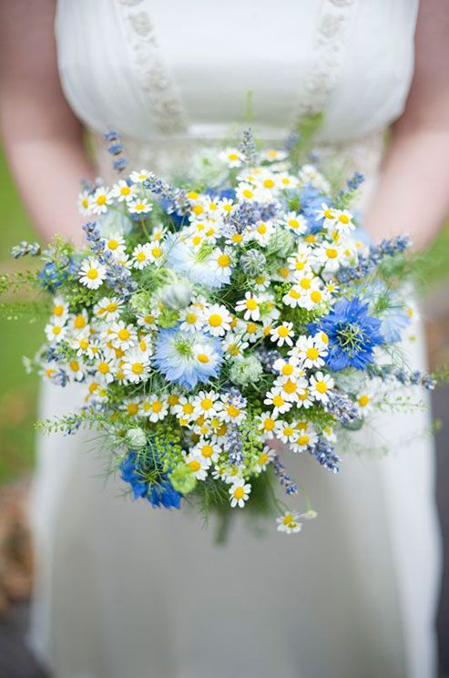The free-flowing feel of this bouquet of daisies is perfect for a rustic bride.