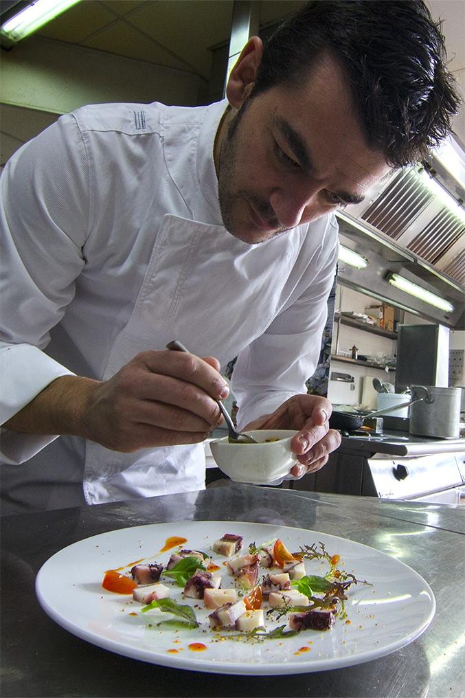 Nuestro #chef ejecutivo Héctor López dándole los últimos toques a la ensalada fría de brotes con pulpo Koama | #recetas #Koama #Recipes