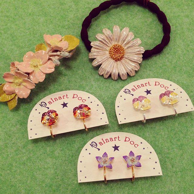 【k452fujigaoka】さんのInstagramをピンしています。 《パルナートポックの2月の新作が届きました!お花シリーズのアクセサリー。さくらのバレッタやマーガレットのヘアゴム。ピアスしかなかったパンジーやキキョウのイヤリングも!イヤリングがどんどん増えてます(o^^o) #palnartpoc #パルナートポック #アクセサリー #ヘアゴム #バレッタ #イヤリング #フラワー #花 #さくら #サクラ #桜 #パンジー #キキョウ #マーガレット #雑貨屋 #藤が丘 #名東区 #名古屋 #k452》