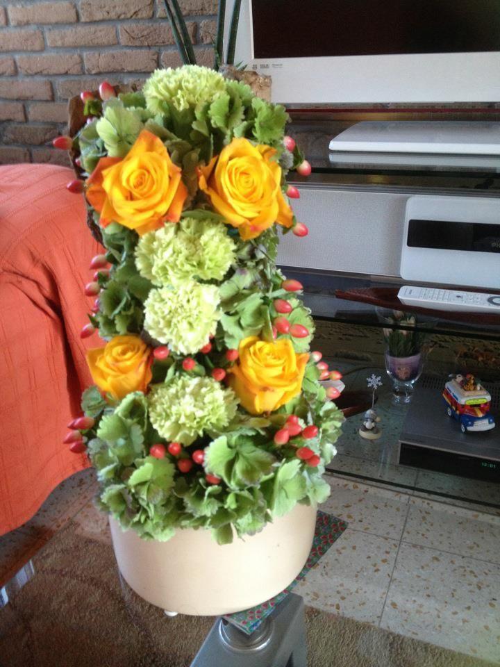 Op een luie zondag een klein bloemstukje in mekaar geknutseld, met gele rozen