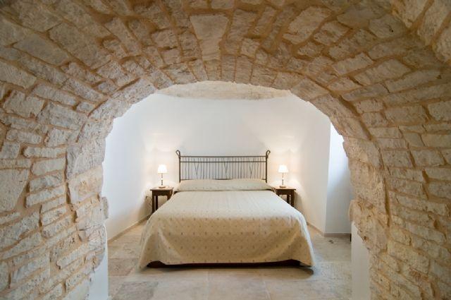 B Trulli Pietradimora è ricavato in uno splendido complesso di trulli nella zona monumentale di Alberobello. Offre una raffinata sistemazione in camere-trullo dotate di ogni comfort. Le stanze sono dotate di bagno privato con doccia o idromassaggio, Tv-sat, riscaldamento centralizzato, aria condizionata (ove disponibile). Il giardino è dotato di un terrazzo/solarium, che affaccia sui trulli. http://www.bbplanet.it/bed-and-breakfast-trulli-pietradimora-alberobello_s15651/it/