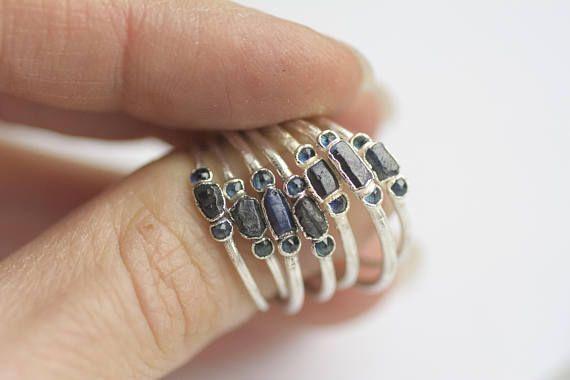 SOFORT lieferbar / / dunkel blauer Saphir Ring / / roh Saphir Ring / / rau, Saphir-Ring / / zierliche Edelstein-Ring / / stapelbare Edelstein-Ring / / Geschenk für sie Dieses Angebot ist für einen blauen Saphir-Kristall-Ring. DETAILS: Stein: wärmebehandelt, blauer Saphir-Kristall und