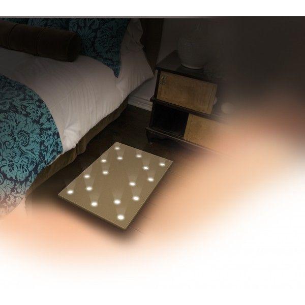 ¿No quieres encender la luz para no despertar a nadie, cuando te despiertas en la noche? La esterilla con luz de www.cosaschulis.com es la solución perfecta. Se enciende al pisarla y luego se apaga sola.