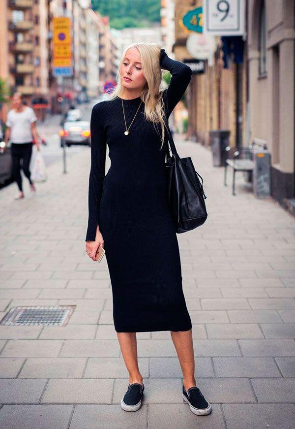 Street style look com vestido midi preto manga longa e slip on com bolsa