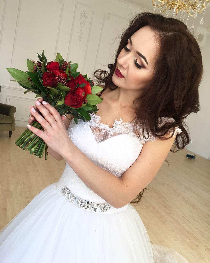 Красный свадебный букет с красными ранункулюсами и розами