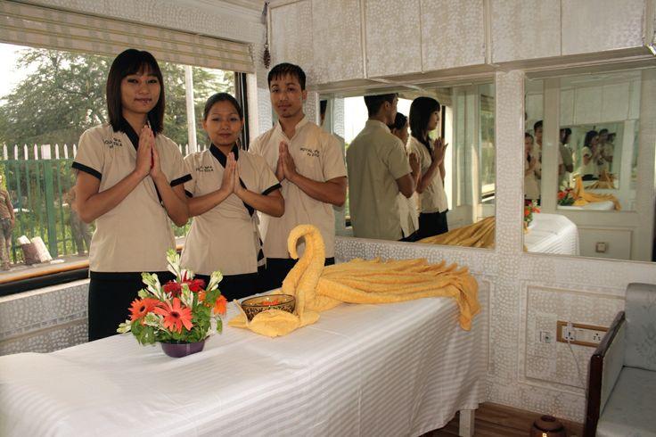Spa Team: Der gut ausgestattete Wellnessbereich hat verschiedene Massagen und vitalisierende Therapien in einem königlichen Ambiente im Angebot.